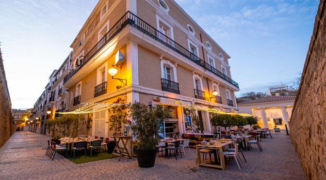 Cenar a los pies de la Muralla de Ibiza